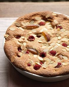 This lovely pudding has all the traditional ingredients you would find in a Bakewell tart with low sugar and fat Tart Recipes, New Recipes, Cooking Recipes, Favorite Recipes, Chicken And Leek Recipes, Bakewell Cake, 500 Calorie Dinners, Slimming Recipes, Natural Yogurt