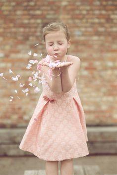H.picsfotografie (Facebook) Meisje, eerste communie Photography Themes, Children Photography, Kripalu Yoga, Jenna Lee, Foto Shoot, Strike A Pose, Communion, Flower Girl Dresses, Poses