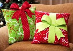 Cojines regalos de Navidad - Holiday Gift Box Accent Pillow - Think I could make these for next year Noel Christmas, Green Christmas, Winter Christmas, Rustic Christmas, Christmas Christmas, Christmas Sewing Projects, Holiday Crafts, Holiday Decor, Christmas Decorations