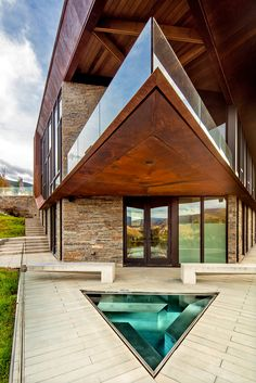A triangular hot tub at a Snowmass Village, Colo., house designed by Jeff Kovel of Skylab Architecture. (Photo: Robert Reck for The New York Times) Creative Architecture, Concept Architecture, Architecture Photo, Amazing Architecture, Metal House Plans, 3d House Plans, Triangular Architecture, Snowmass Village, Outdoor Family Photos