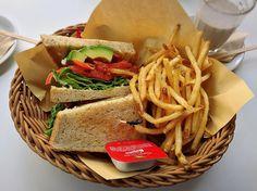 今、東京で流行っている「極厚サンドイッチ」!女性だって思いっきり頬張って食べたいですよね?そこで今回は、ヘルシーな野菜たっぷりのサンドイッチや、スイーツ系のサンドイッチまで、東京で食べられるボリューミーなサンドイッチのお店をご紹介します。