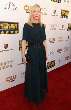 Cate Blanchett didn't disappoint on the red carpet at the Critics' Choice Awards in LA on Thursday night, wearing an elegant dark green dress and black belt. Cate Blanchett, Lily James, Power Dressing Women, Divas, Minimalist Fashion, Minimalist Style, Love Fashion, Classic Fashion, Fashion Beauty