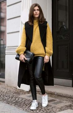 See the week's most inspiring street style fall / winter and transitional outfit ideas, from boho chic layers to dreamy casual ensembles. Get the looks here! Vest Outfits For Women, Casual Outfits, Fashion Outfits, Outfits Otoño, Long Vest Outfit, Leggings Negros, Black Leather Leggings, Leather Pants, Look Formal