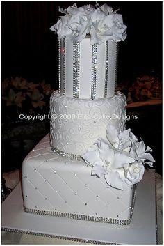 Pastel de boda en blanco con strass y rosas