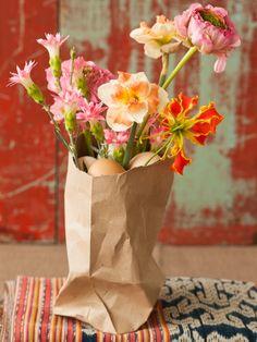 Moderne Osterdekoration mit Blumen - www.tollwasblumenmachen.de