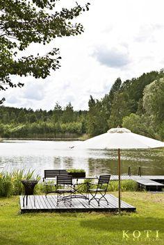 Rantaan rakennetulta patiolta voi tarkkailla järven rikasta linnustoa. | Sisustavan mökkitalkkarin paratiisi | Koti ja keittiö | Kuva Kirsi-Marja Savola