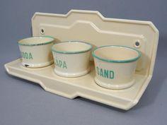Vägg-hängt ställ för 3 burkar- Sand/Soda/Såpa -Kockums Emalj
