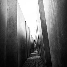 Das Schicksal der Menschen ist der Mensch. Bertolt Brecht #Schicksal #Mensch #menschlichkeit #awesome_foto #awesomeview #denkmal #denkmalnach #denken
