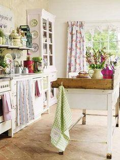 Flores, telas estampadas, muebles decapados, el encanto de una cocina cottage es irresitible