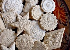 Beautiful Lebkuchen Cookies made with springerle cookie molds from Springerle Joy. German Christmas Cookies, German Cookies, Gingerbread House Kits, Gingerbread Cookies, Christmas Tree Star, Christmas 2019, Christmas Ideas, Cookie Glaze, Handmade Soaps