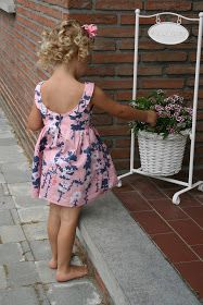 Het zomert hier, en hoe!   Tijd om eindelijk eens dat jurkje te maken met die lage uitgeknipte rug - de Molly Scoop Collar Dress, van de Sim...
