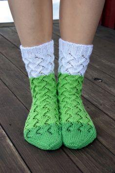 KARDEMUMMAN TALO: Kevään hento vihreys Crochet Slippers, Knit Crochet, Knitting Socks, Knit Socks, Knitting Designs, Sewing, Pattern, Auntie, Knits
