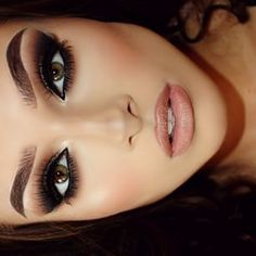 Makeup - perfect eyebrows - smokey eyeshadow