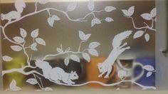 Die Folie haftet ohne Kleber auf allen Glasflächen, Fenster, Spiegel, etc.Sie dient als Sichtschutz, sowie als Deko für Fenster und Duschkabinen.NeuwareMotiv: Pineview (Eichhörnchen)Rollenmaß: 2,5 Meter x 45 cmzum abholen 8,- €Versand: 4,90 Privacy Screens, Mirrors, Deco