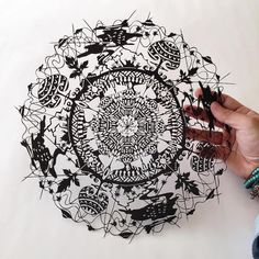 Are you familiar with the technique of drawing zentangle? This artistic method was coined by Rick Roberts and Maria Thomas, who subsequently protected zentangle by copyright. Zentangle, Paper Cutting, Diy Paper, Paper Crafts, Books Art, Paper Cut Design, Art Japonais, Art Competitions, Paper Artwork
