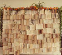 Destino: conduz a vida de acordo com uma ordem natural, da qual nada que existe pode escapar. Nosso casal se conheceu numa Biblioteca (onde nunca iam) na faculdade. Tiveram ou não uma ajudinha cósmica? É claro, que esse momento tinha que tá presente no casamento. Por isso, criamos esse backdrop lindo de livros pra contar essa história #ohlindeza #conceptwedding #wedding #casamento #weddingdecor #decoracaodecasamento #backdrop #books #livros #direcaodearte #identidadevisual #handmade