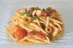 Pasta con pesce spada e olive. Scopri ricetta: http://www.misya.info/2012/05/02/pasta-con-pesce-spada-e-olive.htm