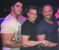 When you haven't had a drink in months and then this happens to your arm. Carb load check😁😁😁 @bigdomd  #cancún #vacation #bodybuilding #muscle #hunks #club #thecity #models #beachbod #gains #bros #hermanos #arms #armswag #fit  #fitfam