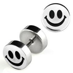 Un faux piercing plug avec un smiley souriant fabriqué dans un acier de qualité et brillant, de diamétre 8mm. Un faux piercing au logo d'un smiley souriant en noir finement dessinné. Vous trouverez des piercings du même genre dans la catégorie oreille faux piercing.FAU089FAU089Faux piercing plug smiley noir Zatu Piercing Plug, Faux Piercing, Piercings, Fake Plugs, Emoji, Smiley, Unisex, Cufflinks, Genre
