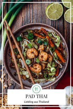 Mein absoluter Liebling aus Thailand. Pad Thai ist super schnell zubereitet und nachdem man dieses super leckere Gericht nur in Thailand an jeder Straßenecke bekommt, bringe ich das Rezept zumindest in jedes Zuhause! Thailand, Kung Pao Chicken, Super, Lunch, Dinner, Ethnic Recipes, Food, Thai Dishes, Rice Noodles