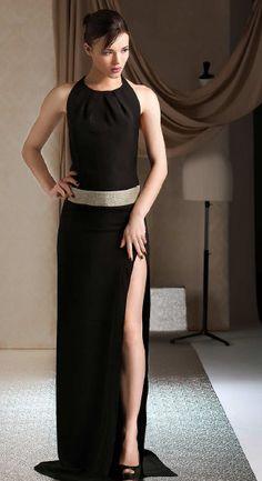 Abiti lunghi, sensuali e floreali. Ogni abito necessita di oltre 600 ore nella creazione del modello e oltre 80 ore nel lavoro sartoriale.