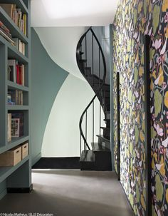 〚 Bold colors in the design of eclectic home in Paris 〛 ◾ Photos ◾Ideas◾ Design French Interior, Interior Design, Bold Wallpaper, Interior Stairs, Soothing Colors, Architect House, Elle Decor, Beautiful Interiors, Black House