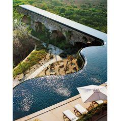 Com borda infinita, esta piscina de luxo foi criada pelo designer de moda francês Marcel Marongiu