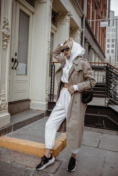 Favorite White Hoodie: Sweats All Week/End - Chiara Casiraghi Sweatpants outfit ideas Sweatpants Chic, Cute Sweatpants Outfit, Hoodie Outfit, Sporty Outfits, Sporty Style, Trendy Outfits, Sporty Fashion, Sporty Chic, Ski Fashion