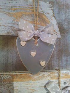 """Bellissimo e ed elegante questo cuore di ceramica grigio perla con piccoli cuoricini bianchi in rilievo.Idea regalo deliziosa .""""Anche il più piccolo dei dettagli...rivela la nostra essenza """"."""