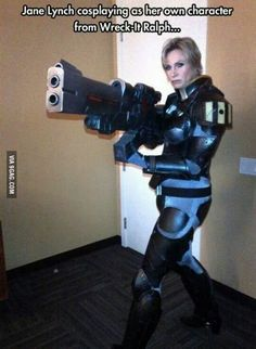 Wreck-It-Ralph – Sergeant Tamora Jean Calhoun (cosplay by Jane Lynch, voice actress of Calhoun) Amazing Cosplay, Best Cosplay, Funny Cosplay, Jane Lynch, Bubbline, Vanellope, Fandoms, Wreck It Ralph, Lol