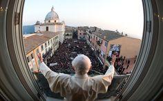 Bento XVI saúda fiéis que foram dar o último adeus antes de ele deixar de ser Papa em Castel Gandolfo, em imagem exclusiva disponibilizada pelo Osservatore Romano