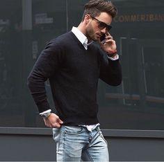 casual-Look-schwarzer-Pullover-Herren-weißes-Hemd-Jeans