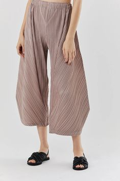 Pleats Please by Issey Miyake – Kick Pleat Pleated Pants, Harem Pants, Japanese Fashion Designers, Origami Fashion, Jumpsuit Pattern, Fashion Details, Fashion Fashion, Yohji Yamamoto, Issey Miyake