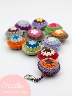 Ciondoli per borse all'uncinetto by Anabelia craft design [Colgantes para bolsos] - Crochet Gifts, Diy Crochet, Crochet Summer, Crochet Motifs, Crochet Keychain, Crochet Necklace, Crochet Handbags, Crochet Accessories, Crochet Stitches