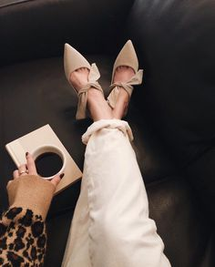 weekend mood here welcoming new addition to my mule collection.👡 It feels like this week went by so fast with a lot of projects going on… Look Fashion, Fashion Boots, Fashion Outfits, Womens Fashion, High Heels, Shoes Heels, Pumps, Mode Ulzzang, Boho Heels