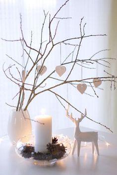 Karácsonyi dekorációból nélkülözhetetlen a fehér szín, étkezőbe pedig mindennapos dísznek kihagyhatatlanok a díszített ágak