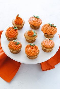 Need inspiration for Halloween desserts? Don't worry, whether you're a beginner or an expert baker, we have you covered from spooky cakes and cookies to festive Halloween treats. Here are some of our favorite spooky and cute Halloween cupcakes! Halloween Desserts, Comida De Halloween Ideas, Bolo Halloween, Fall Desserts, Halloween Treats, Halloween Smash Cake, Halloween Party, Halloween Halloween, Holiday Cupcakes
