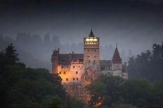 Castillo de Bran. Braşov (Rumania)  Quizás por el nombre no conozcas este castillo pero es uno de los castillos más famosos del mundo, el Castillo del Conde Dracula. Envuelto entre el mito y el misterio este castillo es uno de los enclaves turísticos más importantes de Rumania.  Cómo curiosidad adicional, apuntar que el castillo de Bran estuvo a punto de ser comprado por el multimillonario Román Abramóvich por 50 millones de euros. Finalmente no se cerró el trato.
