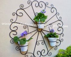 Porta macetas colonial : Tienda Deco C Wrought Iron Decor, Wrought Iron Gates, Barbed Wire Art, Steel Art, Flower Stands, Iron Art, Metal Homes, Plant Wall, Metal Flowers
