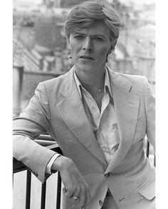 """Le musicien de rock légendaire David #Bowie est mort dimanche d'un cancer à l'âge de 69 ans ont annoncé lundi sa famille et ses comptes officiels. """"David Bowie est mort paisiblement aujourd'hui entouré de sa famille à l'issue d'un courageux combat de 18 mois contre le cancer"""" est-il expliqué lundi sur les comptes Twitter et Facebook de la star britannique dans un message daté de dimanche.  Sur cette photo prise en juin 1977 il pose sous l'objectif de notre photographe Jean-Claude Deutsch à…"""