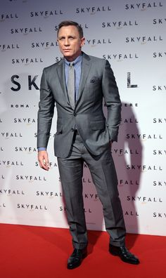 Daniel Craig shows off Advanced Posing in a Suit 301 curriculum. Daniel Craig Suit, Daniel Craig Style, Daniel Craig James Bond, Big Men Fashion, Mens Fashion Suits, Mens Suits, Estilo James Bond, James Bond Style, Best Man Wedding