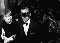 Harry Benson, Frank Sinatra & Mia Farrow, Truman Capote Black and White Ball, Plaza Hotel. Arrêt sur image - L'Œil de la photographie