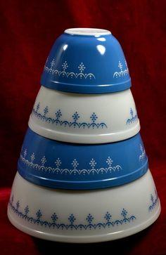 VINTAGE PYREX GLASS 4 PC SNOWFLAKE NESTING MIXING BOWLS - UNUSED - BLUE WHITE