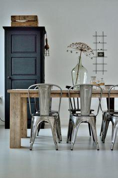 Inspirerende eetkamer; rustige kleurencombinatie, combinatie hout/metaal/glas, mooie vloer [vlakbij de molen].