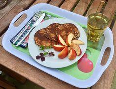 Morgenmad i haven. PROTEINPANDEKAGER: 30 g havregryn 30 g proteinpulver 1 banan 2 æg. Det hele blendes sammen og steges til gyldne små, tykke pandekager.