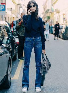 Street style de look com calça flare + tênis.