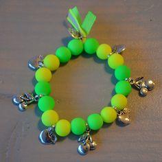 Armbandje neon groen/neon geel met appeltjes en kersjes | Welkom op Mirries.nl