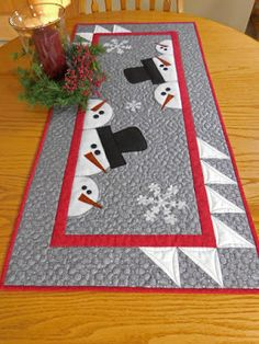 Vicki's Crafts and Quilting: Report on the second craft show Quilted Table Runners Christmas, Patchwork Table Runner, Christmas Placemats, Christmas Runner, Table Runner And Placemats, Christmas Crafts, Quilt Table Runners, Quilted Table Runner Patterns, Xmas Table Runners
