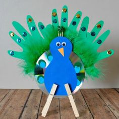 These 25 Brilliant Recycled CD Kid Crafts are a great way to recycle old junk into new crafts and have fun doing it! Enjoy!