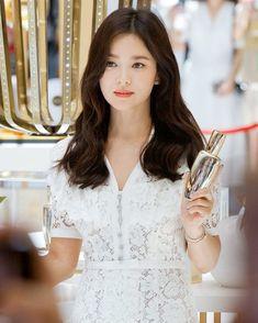 "𝐊𝐘𝐎🌻 on Instagram: ""Kyo ♥️ - #songhyekyo #송혜교 #beautiful #goddess #model #songhyekyofashion #hyekyo #songhuiqiao #songhyegyo #kyo1122 #uaa #hallyustar…"" Hairstyles For Gowns, Goddess Hairstyles, Lorraine, Song Hye Kyo Style, Dramas, Song Joon Ki, Ikon Kpop, Pretty Asian Girl, Ulzzang Korean Girl"